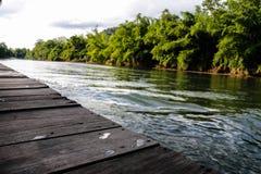 Rio Kwai Kanchanaburi do curso de Tailândia foto de stock
