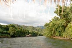 Rio Kwai Kanchanaburi do curso de Tailândia imagem de stock