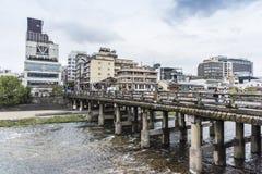 Rio Kyoto de Kamo da ponte do dori de Sanjo foto de stock