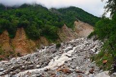 Rio Lakshman Ganga no passeio na montanha a Ghangaria, Uttarakhand, Índia Imagens de Stock