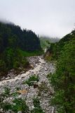 Rio Lakshman Ganga no passeio na montanha a Ghangaria, Uttarakhand, Índia Fotografia de Stock Royalty Free