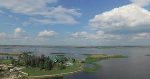Rio largo com a costa O céu com nuvens vídeos de arquivo