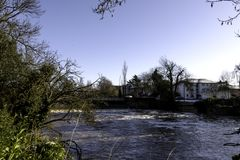 Rio Leam no inverno - sala de bomba/jardins de Jephson, termas reais de Leamington fotos de stock royalty free