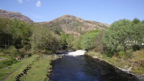 Rio Leven Kinlochmore perto de Kinlochleven Escócia Reino Unido no verão filme