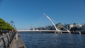 Rio Liffey e ponte de Samuel Beckett Bridge/harpa em Dublin, Irlanda imagem de stock