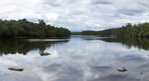 Rio liso com pedras e reflexão na água, Venez das nuvens Fotos de Stock Royalty Free