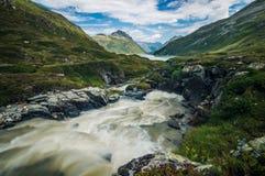 Rio longo da exposição que flui nas montanhas de Áustria fotos de stock