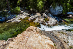 Rio médio de Kaweah da forquilha, parque nacional de sequoia, Califórnia imagens de stock royalty free