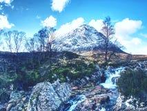 Rio místico Etive do passeio na montanha t do awithin da atmosfera em moutains de Glencoe fotos de stock