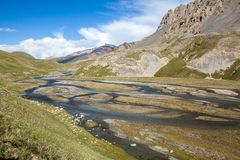 Rio maravilhoso da montanha em montanhas de Tien Shan imagens de stock