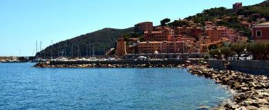 Rio Marina, miasteczko, Elba wyspa, skały i tło, Obraz Royalty Free