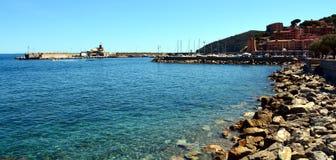 Rio Marina, niebo, miasteczko, Elba wyspa, skały i tło, Zdjęcia Stock