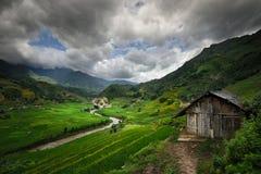 Rio Meandering em um fundo das montanhas fotografia de stock royalty free