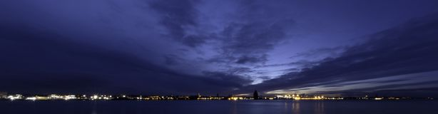 Rio Mersey e Birkenhead na noite Foto de Stock