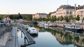 Rio Meuse em Verdun com barcos em uma noite do verão imagem de stock