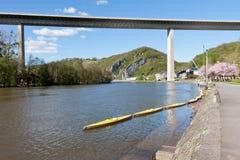 Rio Meuse perto de Dinant em Bélgica, imagens de stock