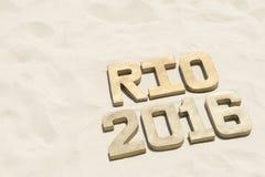 Rio-Mitteilung 2016 im Gold nummeriert glatten Sand Stockfotografie