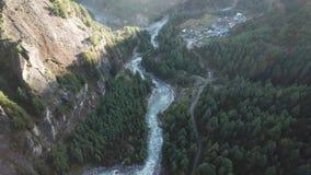 Rio na escala Nepal dos Himalayas da opinião do ar do zangão filme