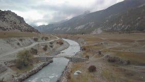 Rio na escala Nepal dos Himalayas da opinião do ar do zangão vídeos de arquivo