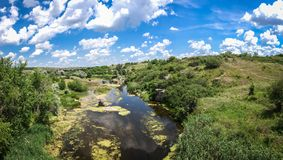 Rio na garganta de Aktovsky, Ucrânia Rochas grandes no rio pequeno e foto de stock royalty free