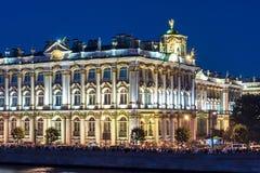 Rio na noite, St Petersburg do palácio e do Neva do inverno do museu de eremitério, Rússia foto de stock
