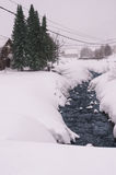 Rio na vila do inverno Foto de Stock