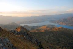 Rio nas montanhas de Usbequistão no alvorecer imagem de stock royalty free