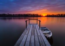 Rio no inverno, barcos de pesca amarrados na ponte de madeira pequena sobre o rio Fotos de Stock