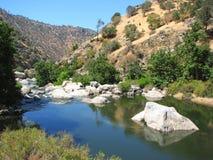 Rio no parque nacional de Sequoia, Califórnia imagens de stock
