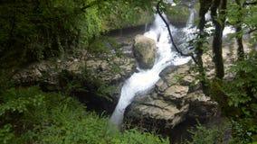 Rio no vale da montanha no pé de Mt Kazbegi Geórgia, Europa Montanhas de Cáucaso Carpathian, Ucrânia, Europa filme