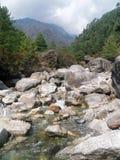 Rio obstruído no vale de Khumbu foto de stock