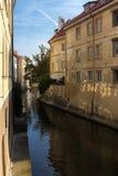 Rio pequeno (canal) Certovka que divide Kampa Foto de Stock
