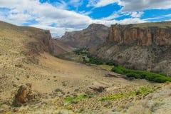 Rio pequeno da garganta rochosa e vale verde dos oásis foto de stock