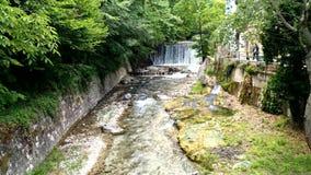 Rio pequeno entre árvores no Hot Springs em Pozar Aridea Grécia video estoque