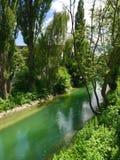 Rio pequeno na cidade Fotos de Stock