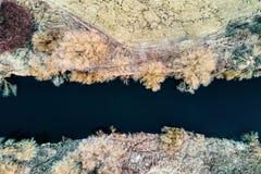 Rio pequeno pelo campo, pelos prados e pela madeira da opinião do s-olho do ` do pássaro no inverno foto de stock