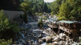Rio pequeno que flui sobre rochas filme