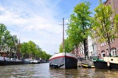 Rio que constrói o barco 6 da água da arquitetura paisagística de Europa foto de stock royalty free
