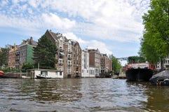 Rio que constrói o barco 22 da água da arquitetura paisagística de Europa imagens de stock royalty free
