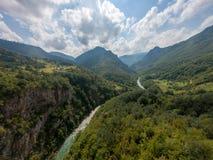 Rio que corre através de um vale profundo cercado com floresta foto de stock royalty free