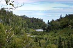 Rio que entra no Lago Superior na costa norte do ` s de Minnesota fotos de stock