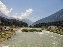 Rio que flui abaixo do vale Fotografia de Stock Royalty Free