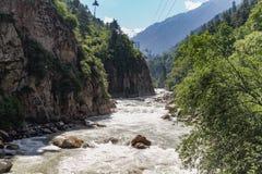 Rio que flui em montes do te Fotos de Stock Royalty Free