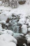 Rio que flui entre pedras Fotografia de Stock Royalty Free