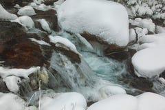 Rio que flui entre pedras Foto de Stock Royalty Free