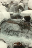 Rio que flui entre pedras imagem de stock royalty free