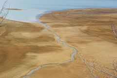 Rio que flui no mar imagens de stock