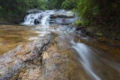 Rio que flui sobre rochas e a cachoeira de Debengeni foto de stock