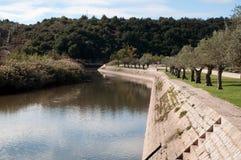 Rio quieto que funciona através do parque em Portugal Imagem de Stock
