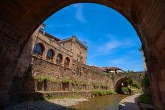 Rio Quiviesa Deva de Potes uma Espanha da vila de Cantábria fotos de stock